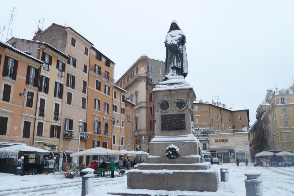 neve a Roma - statua di Giordano Bruno