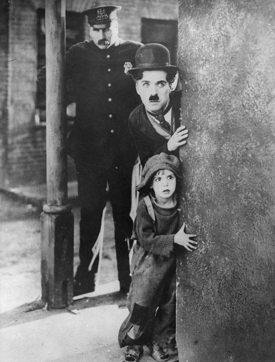 Charlie Chaplin nel film Il monello