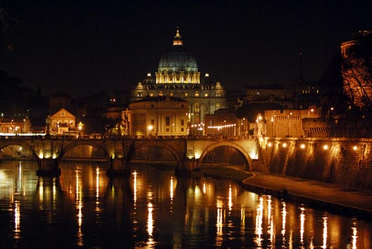San Pietro e il Tevere di notte
