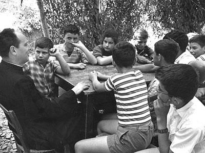 don Lorenzo Milani a Barbiana con i suoi ragazzi