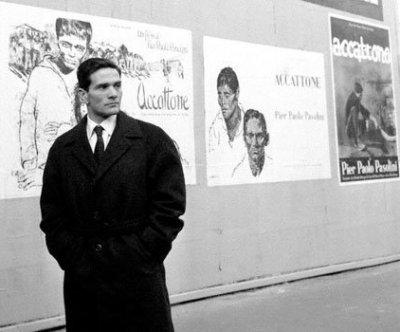 Pier Paolo Pasolini davanti alle locandine del film Accattone