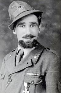 Mario Rigoni Stern giovane, in divisa