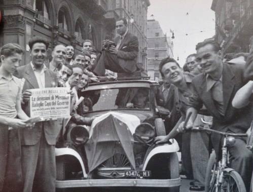 italiani esultano per le dimissioni di Mussolini