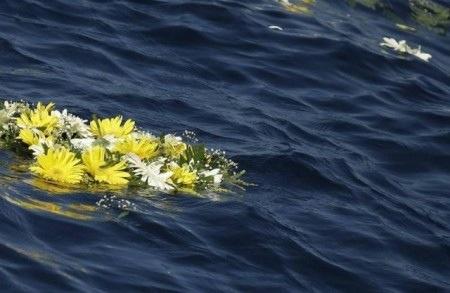 fiori sull'acqua per i morti di Lampedusa