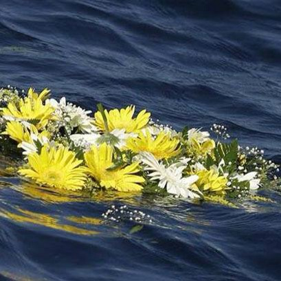 corona di fiori per i morti di Lampedusa